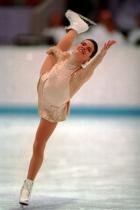 """1994: Нанси Кериган За представянето на снежната принцеса в Лилехамер, Норвегия, самата Вера Уанг създава тоалета на Нанси и според дизайнерката: """"В това има повече напрежение, отколкото за рокля за Оскарите"""". За жалост обаче фигуристката печели сребро в спорен финал с небезисвестната Тоня Хардинг."""