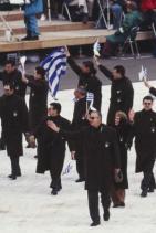1998: Олимпийците на Гърция Докато спортистите гордо развяват гръцките знамена на откривнето на  Олимпиадата, критиците не остават впечатлени от изцяло черните им тоалети, но пък всички до ден днешен ги помним.