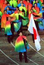 2000: Отборът на Япония В изгрева на новото хилядолетие японските спортисти пристигат с наметала в цветовете на дъгата - стил, много по-разчупен от скромните им ансамбли за предишните форуми.