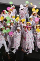 2004: Олимпийците на Япония В Атина японските гости замайват отново с флорални ансамбли и цветни ветрила, които със сигурност влизат в употреба в средиземноморските жеги.