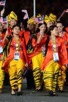 2012: Националите на Малайзия За откриването в Лондон - тоалети в смело оранжево и жълто са изборът на Малайзия. Знаменосец е Панделела Ринонг, която влиза в историята като първата малайзийска спортистка, спечелила олимпийски медал.