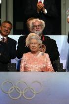 """2012: Кралица Елизабет II Кралицата каца с парашут заедно с """"Джеймс Бонд"""" в прасковен ансамбъл на откриването на Олимпийските игри през 2012 г. в родния  Лондон - незабравимо!"""