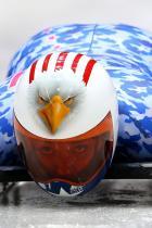 2014: Кейти Юлендър Спортиската по спускане с шейна на Америка изглежда сякаш е готова за полет на Олимпиадата в Сочи. Състезателката носи привличащ вниманието шлем с орел, съчетан с камуфлажен костюм в червено, синьо и бяло.