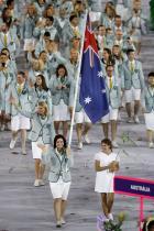 2016: Австралийският национален отбор Вдъхновени от старите си униформи за Олимпийските игри в Париж през 1924, австралийците присъстват на откриването в Рио, облечени в раирани блейзери и бели къси панталони.
