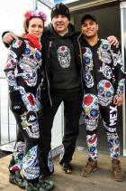 """2018: Мексиканските скиори Принц Хубертъс фон Хохенлое се завръща на Зимните игри през 2018 г. с поредното запомнящо се облекло, този път обаче като дизайнер за ски отбора на Мексико. Разположени на черен фон цветни черепи в чест на мексиканската традиция за """"Деня на мъртвите""""."""