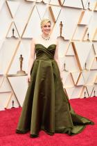 Грета Геруиг в Dior Не сме напълно сигурни доколко изумрудената огърлица подхожда на роклята й, която е в съвсем различен тон на зеленото.
