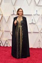 Натали Портман в Dior Couture Темата за феминизма стана прекалено експлоатирана, основно защото прекалено много имена в модата яхнаха вълната с надеждата за по-добри продажби, а Мария Грация Кюри за Dior  е едно от тях. Роклята и наметалото сами по себе си са приятни, но бродираните женски имена са досадни.