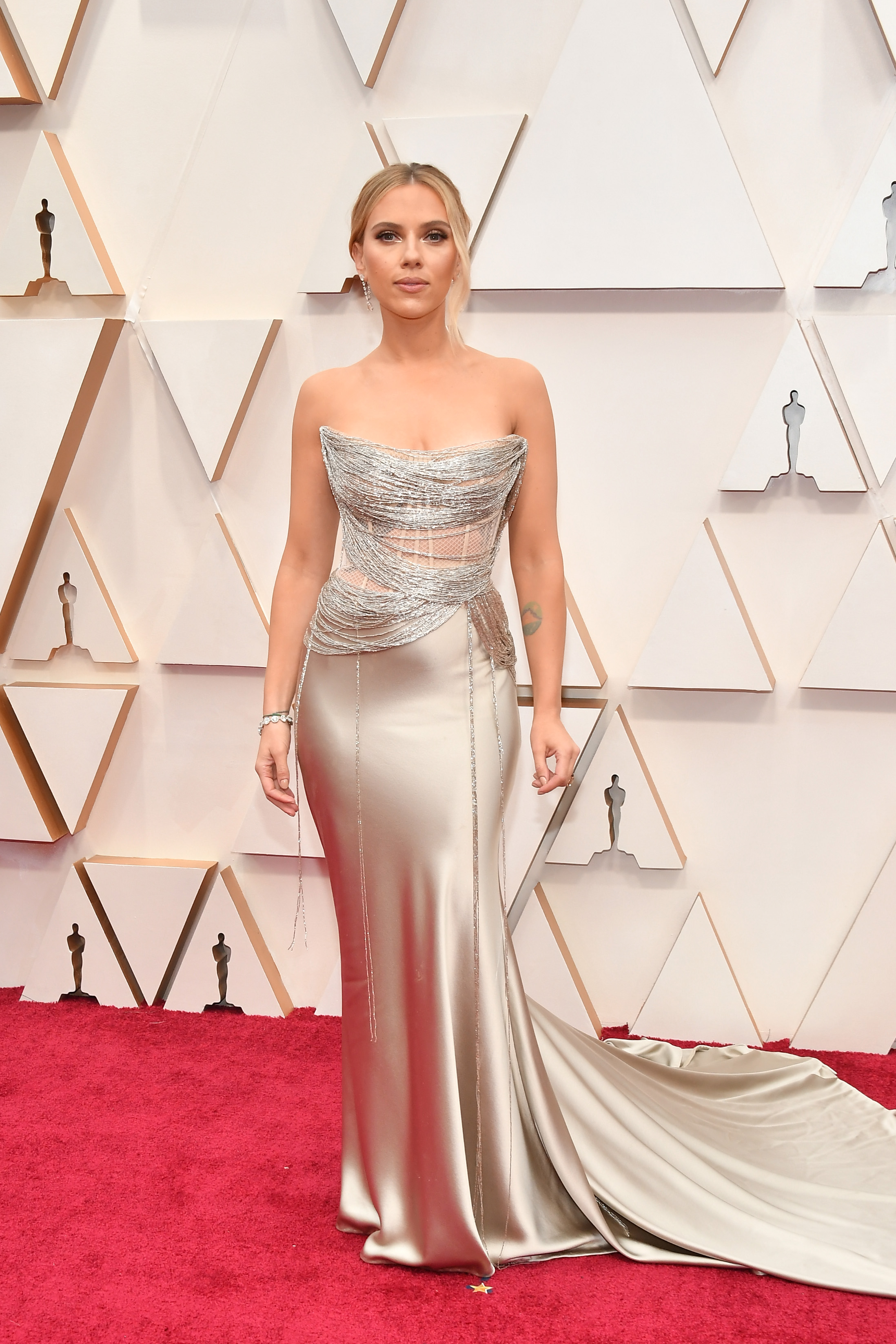Скарлет Йохансон в Oscar de la Renta  Скарлет е удивителна в копринената рокля на de la Renta, не изневерява на стила си, но за разлика от церемонията по връчването на наградите BAFTA от миналата седмица, изглежда по-малко провокативно, което в нейния случай е голям плюс.