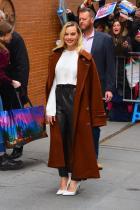Какво: Тренч от Acne Studios, топ и панталони от Magda Butrym и обувки от Sarah Flint  Кога: Февруари 2020