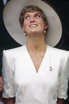 Принцеса Даяна с диамантена кралска брошка и златни обеци с перли, 1991г