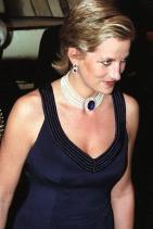 Принцеса Даяна, носеща 7-степенна перлена огърлица със сапфирена брошка на кралицата-майка и сапфирени обеци с диаманти, 1996 г.