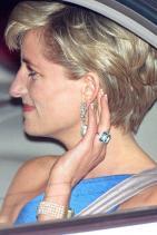 Принцеса Даяна с пръстен от аквамарин и 5-степенна гривна от перла, 1996 г.