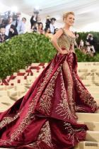 Блейк Лайвли в Versace по време на МЕТ гала