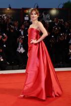 Дакота Джонсън в Dior по време на филмовия фестивал във Венеция