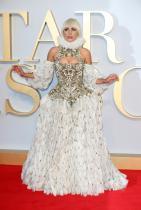 """Лейди Гага в Alexander McQueen по време на британската премиера на """"A star is born"""""""