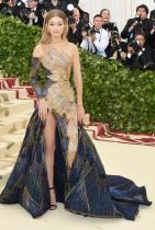 Джиджи Хадид в Versace по време на МЕТ гала