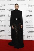 """Розамунд Пайк в Givenchy Haute Couture по време на европейската премиера на """"A Private War"""""""