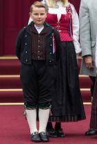 Принц Свер Магнъс 11-годишното момче е трети по линията за наследство на норвежкия трон след баща си принц Хаакон и сестра си принцеса Ингрид Александра.