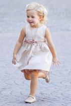 Принцеса Леонор Леонор Лилиан Мария е първородната дъщеря на принцеса Маделин (третото дете на краля и кралицата на Швеция) и Кристофър ОНийл. 3-годишното момиченце вече е с титла херцогиня на Готланд и е осма по ред за наследство на шведския трон.
