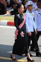 Принц Дипангкорн Едно от седемте деца на принц Маха Ваджиралонгкорн, чиято коронация се очаква да е до края на годината. Принц Дипангкорн се счита за следващ по линията, след баща си, за наследство на трон на Тайланд. 12-годишното момче е плод на любовта на принц Маха с жената от народа - Срирасми, и в момента се обучава в частно училище в Германия.