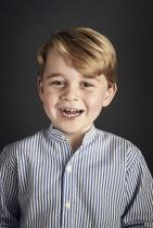 Принц Джордж 4-годишният първороден наследник на принц Уилям и Катрин и правнук на кралица Елизабет се очаква да стане глава на Великобритания след дядо си принц Чарлс и баща си принц Уилям.