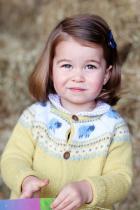 Принцеса Шарлот За сега, 2-годишното момиченце е четвърта по линията за наследяване на британския трон. Принцеса Шарлот ще стане по-голяма сестричка през април 2018-та година, когато се очаква майка й Катрин да дари с трети наследник принц Уилям.