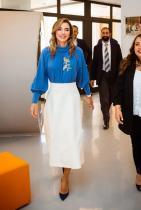 Като форма нямаме нищо против подбора на кралицата. Обувките и полата са перфектни, а единственото, което ни притеснява е странната стерилност на мастилено синьото горнище. Златната бродерийка с птици приемаме за несъществуваща... Ужасна е!