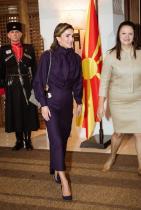 Хахаха!!! Ясно е, че Кралица Рания може да преподава мода и стил на така наивно усмихналата се Майа, македонската първа дама. Ще похвалим лейдито на Йордания за изключително красивата асиметрична, с аристократичен лилав тон рокля. Обичаме и съчетаването й с тъмносините обувки, добавящи още повече доминантност в аутфита.