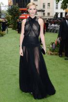 """""""Спиш""""ли спокойно, Кристиан Диор? Пръска евтинджос и ужасен вкус за естетика от всички страни на тази рокля от тюл с лек еластан, уж от пролетната Haute Couture колекция на модна къща Dior, разходена на котешката пътека през 2012 г. Актрисата я облича по повод премиерата на филма """"Snow white and the Huntsman"""". Мила Чарлийз, приемете нашите съболезнования за скандално фрапантния стайлинг, заповядайте следващия път у нас, в редакцията ни, симпатията ще бъде взаимна, а модната визия - безупречна."""