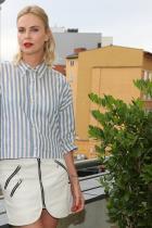 """Ужасна пола. Между другото, в досегашните виртуални издания на модната ни рубрика  """" Щрак, fashion, на портрет"""", негативно коментирахме повечето от известните личности, заложили на червено червило и червен маникюр, съчетани в аутфит за съответни  събития. В този случай червеният подбран нюанс на Чарлийз прекрасно й отива. Синьо-бялата риза на рае е свежа и модерна, в тендециите за Пролет/Лято /и наближаващия му тогава край, годината е 2017-та/."""