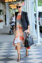 Тhat it is!  От сандали, очила, сако, рокля, чанта, прическа, цвят, нюанс, стойка и обеци, всичко е FANTASTIC прекрасно. Bay-bay,до следващия Щрак.