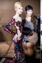"""Джиджи и Бела Хадид Модата е просто в кръвта на двете. И то по наследство! Майка им Йоланда Хадид е била модел - това, още преди да стане героиня в известното американско риалити """"Истинските домакини на Бевърли Хилс"""" (в което между другото няколко пъти участват и щерките й - бел.м.). Двете прекрасни сестри винаги могат да ни впечатлят независимо от повод, настроени или място. Досега Джиджи си е партнирала с Tommy Hilfiger и Reebok, а Бела краси кампаниите на не една и две Модни къщи.Нямаме търпение да видим кой гигант ще избере за следващ съвместен проект."""