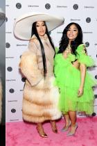 Cardi B и Хенеси Каролина Двете сестри привлякоха вниманието ни на Наградите Грами и бързо придобиха сериозна популярност в Instagram. Още след първата си поява на сцената, сестрите от Доминикана се захващат здраво за работа - Карди вече има линия с FashionNova, като освен това си партнира с Reebok и Pepsi. Хенеси пък работи съвместно с Boohoo по колекция, която ще видим много скоро.