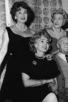 """Жа Жа, Ева и Магда Габор  Не две, а три сестри! Великолепни дами! За съжаление нито една от тях вече не е сред живите, но блясъкът и стилът, които излъчват, е невероятен. Затова си струва да хвърлим поглед назад в близкото минало и да си спомним за тях - първото трио сестри в Холивуд, които оказват голямо влияние върху модата. Жа Жа е най-известната. Актрисата от унгарски произход участва в множество филми (най-известният от които е """"Мулен Руж""""), сериали и телевизионни предавания. На няколко пъти излиза на театралната сцена с Ева и Магда."""