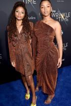 """Клоуи и Хали Бейли Сестрите, които стоят зад бранда Chloe x Halle, определено са сила, с която всички модни икони започват лека-полека да се съобразяват. R&B дуото са подгряващите звезди на турнето на Jay-Z и Бионсе The Run II през миналата година. Те обаче бързо придобиват собствена слава заради своите гласови и сценични умения. Определено са едни от първите, които се забелязват на червения килим, защото стилът им е у-ни-ка-лен. Двете звезди винаги се допълват взаимно, а наскоро стана ясно, че Хали ще бъде """"Малката русалка""""в едноименния филм, който пуска Disney. Очакваме да виждаме все по-често сестрите, съответно повече и от техния стил."""
