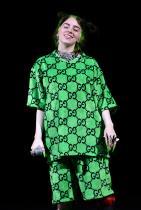 Greek theatre в Лос Анджелис; 2019 Огромен неоново зелен тишърт и къси панталони, целите в Gucci монограма. Веригите, пръстените и зелените акрилни нокти правят този аутфит още по-забележим, а усмивката й е толкова сладка.