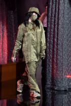 Billboard наградите; октомври 2020 Били разтърси както червения килим, така и сцената с този изключителен сатенен Gucci аутфит, включващ две от най-големите тенденции от сезона Есен/Зима 2020: bucket шапка и задължителната маска.