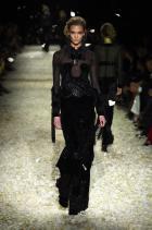 Карли Кос Преди да започне модния маратон на световно ниво, Карли е модел на благотворителни ревюта в родния си щат Мисури. На 13-годишна възраст Клос е забелязана в мол в Сейнт Луис, а едва на 15 години дебютира на шоуто на Calvin Klein.