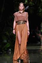 Даутцен Крус На 18-годишна възраст Даутцен праща снимки до различни модни агенции, а водещата й амбиция са парите. Апликациите биват веднага потвърдени, а момичето от Холандия веднага заминава за Ню Йорк. През 2008 Крус става ангел на Victoria's Secret.