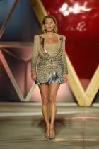 """Кейт Мос Известната кастинг директорка Сара Дука намира 14-годишната Кейт заедно с баща й на летището в Ню Йорк. Разговорът започва веднага след излитането. Дебютирайки през 90-те и събирайки опит през годините, през 2016 Мос основава модна агенция """"Кейт Мос"""" за млади модели и рекламни лица."""
