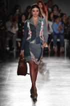 Миранда Кeр Симпатичната моделка навлиза в модната индустрия след като печели състезанието на Dolly magazine на само 13-годишна възраст. В 2004 започва да работи с NEXT Model Management, а същевременно става първото лице на Victoria's Secret с произход от Австралия.