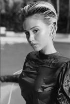 """Мария Бакалова Всички вече знаем коя е тя - онази българка, която направи чудеса на кино сцената със своите силно изразени талант и чар. Мария е на 24 години и е от Бургас, завършва НАТФИЗ, а участието й във филма """"Борат 2"""" е абсолютна случайност. В последния момент тя подава документи за кастинга, избрана е измежду 600 момичета от цял свят и вижте я сега - на трето място в престижната класация на IMDb. Нямаме търпение да видим още от новоизгряващата актриса на холивудския екран. Сн.: Instagram"""