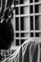 """Рая Пеева Една жена на 30 с енергичен и пакостлив дух - актрисата Рая Пеева. Родена в семейството на барабаниста Пейо Пеев и актрисата Красимира Демирева, Рая поема по актьорския път. Става известна с участието си във филма """"Пеещите обувки"""", в който тя вдъхва живот на голямата Леа Иванова. От тази есен гледаме Рая в """"Преди обед"""" по БТВ като една от водещите, което за нея е сбъдната мечта. Любовта ѝ с Явор Бахаров е бурна, но постоянна, каквато е и тя самата във всички проекти, в които взима участие. Бъди все така огнена, мила Рая! Сн.: View Sofia"""