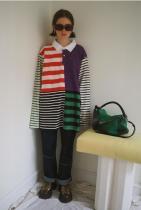 Рийз в блуза на Kule, дънки Wynn Hamlyn, чанта Loewe и обувки Simon Miller
