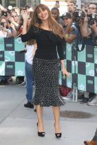 Office women стайлинг или пола сполка дот принт и черна блузка с испански финес на кройката. Черното парче плат,композирано от раменете до средата на София е популярен конструктивен детайл в латиноамериканското/испанското модно изкуство.