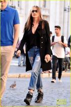 Тарам там там, най-накрая софистицирана, модерна и в тенденциите street style визия. Nike кецовете добавят финеса и свободата в аутфита ведно с очилата, чара, джинсите, актуалният силует, докато черното палто леко разрушава перфектността на аутфита.