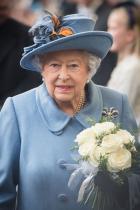 Кралицата изпраща сватбените покани За сватбата на Уилям и Кейт кралица Елизабет е изпратила близо 1900 покани... да видим колко ще са те за церемонията на Хари и Меган.