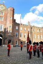 Най-традиционното място за кралските сватбени церемонии е... ... Chapel Royal в двореца St.James! Там са се венчали кралица Анна (1683), Джордж III (1761), Джордж IV (1795), кралица Виктория (1840) и Джордж V (1893). От Кенсингтънския дворец обявиха, че Меган Маркъл ще пристане на принц Хари в St.George Chapel в замъка Уиндзор - нещо, което е в разрез с традициите.
