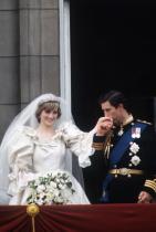 Булката винаги носи тиара Кралица Елизабет подарява специална тиара на принцеса Даяна за сватбата й с принц Чарлс. Сега, често Катрин бива забелязвана с нея. Ние пък се чудим, от чия колекция с бижута ще е аксесоарът на Меган?