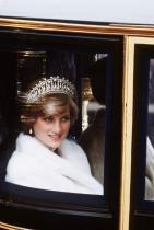 Стъклена каляска Кралското семейство пътува до уреченото за церемонията място със стъклена, луксозна каляска. Принц Уилям и Катрин обаче избраха да се качат на кола, дали и Хари и Меган няма да го направят?